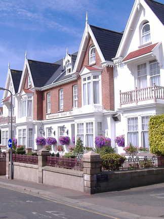 majestueuses façades de maisons collées les unes aux autres