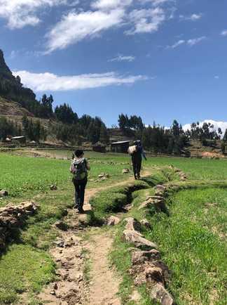 Marche vers l'église d'Asheten Mariam sur les hauteurs de Lalibela en Ethiopie
