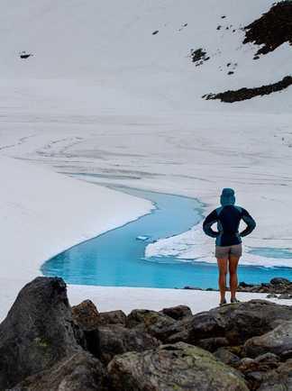 Marie face aux méandres bleutés du glacier