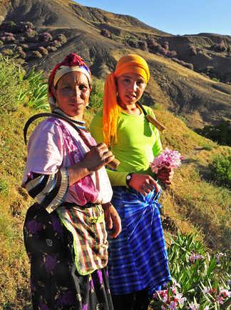 Mère et fille au ramassage de fleurs, Maroc