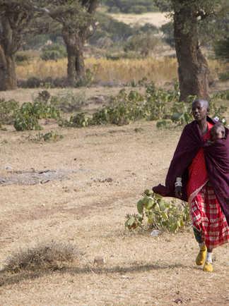 Mère masai portant son enfant