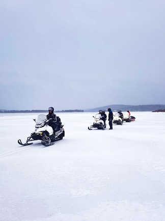 Motoneige sur le lac gelé du réservoir Taureau au Canada