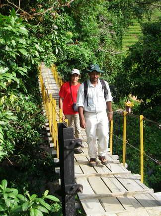 passage-d'un-pont-lors-d'une-randonnée-Sri-Lanka
