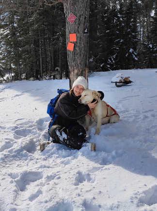 Pauline voyageuse et un de nos chiens de traîneau