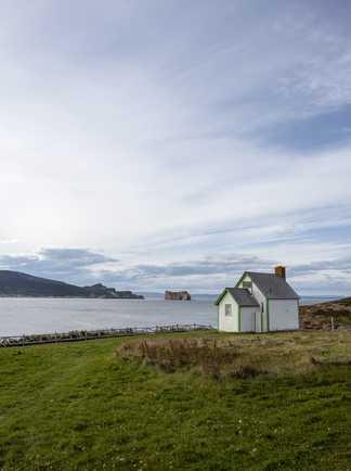 Petite maison typique de l'île Bonaventure en Gaspésie