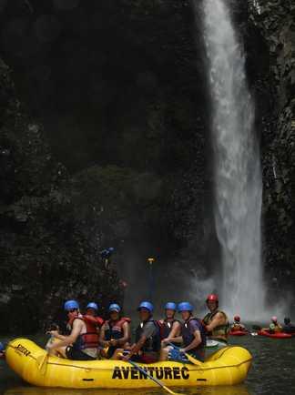 Rafting devant une cascade