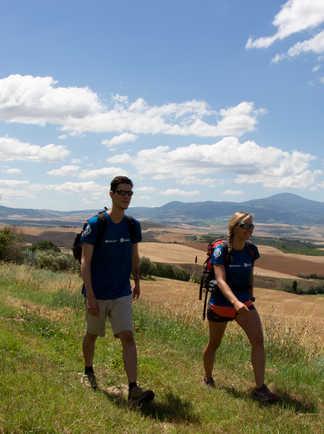 Couple de randonneurs en Toscane