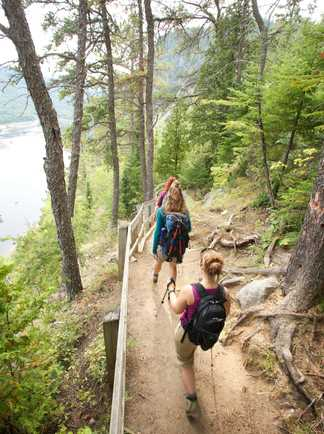 Randonnée sur un sentier du Parc National du Fjord-du-Saguenay, Québec