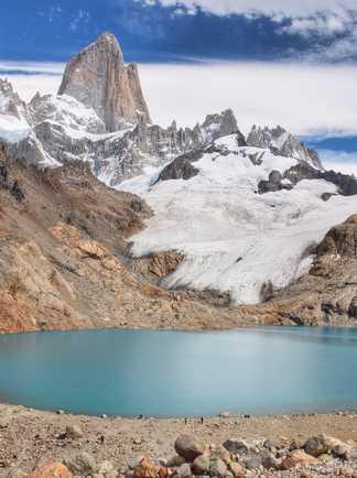Randonneur repartant de la Laguna Torre et sa vue sur le Fitz Roy, en Patagonie argentine