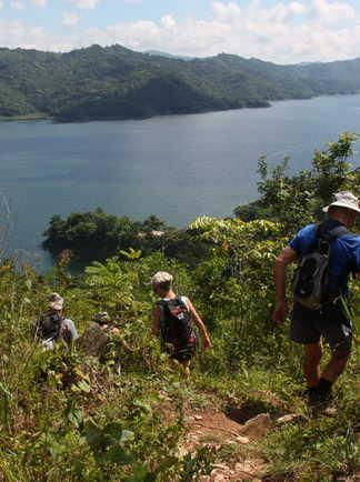 randonneurs au bord du lac Hanabanilla