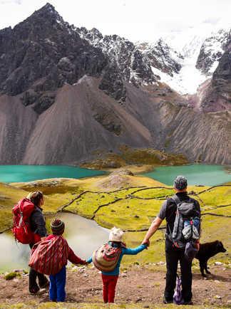 Randonneurs et enfants péruviens devant l'Ausangate