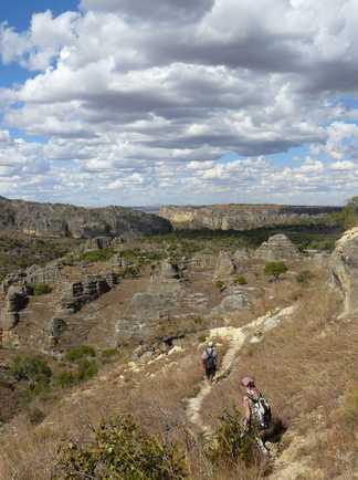 Randonneurs sur les chemins de Madagascar