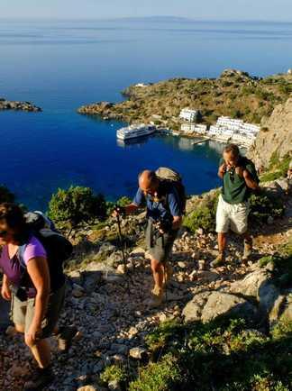 Randonneurs sur un sentier surplombant la mer en Crète