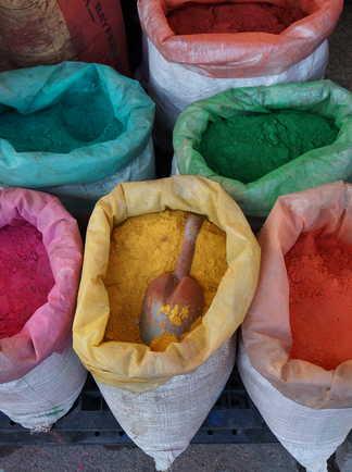 Sacs de poudres colorées de colorant de peinture à Istanbul