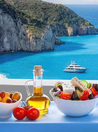 Salade grecque devant la plage de Milos sur l'île de Lefkas en Grèce