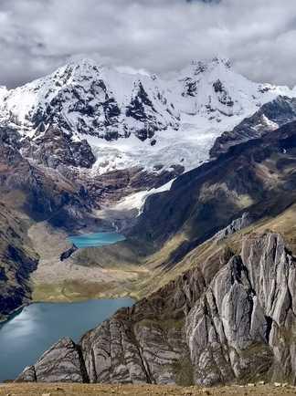 Superbe vue de la Laguna Jahuacocha et les beaux sommets de plus de 6000 mètres de la cordillère Huayhuash