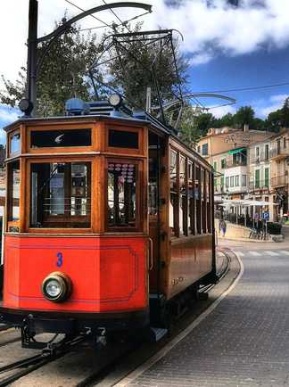 Tram dans la rue de Sóller à Majorque
