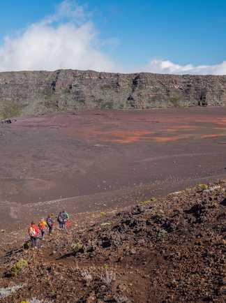 Randonneurs dans le cratère de la Fournaise