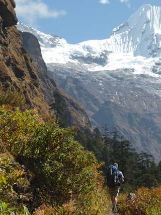 Trekkeur sur la route du camp de base de l'Everest