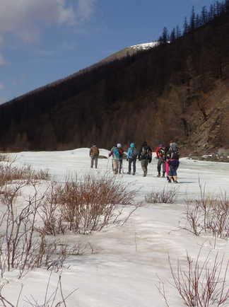 Trekking sur la rivière gelée dans les montagnes du Saridag