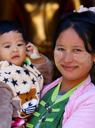 Une maman birmane avec son fils