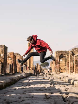 Voyageur sautant au milieu d'une rue de l'ancienne Pompéi