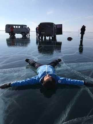 Voyageur sur le Baïkal gelé
