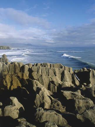 """Vue sur le littoral et les rochers """"Pancake Rocks"""""""