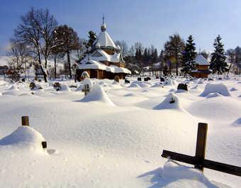 Eglise et cimetière ukrainiens enneigés, paysage des carpates