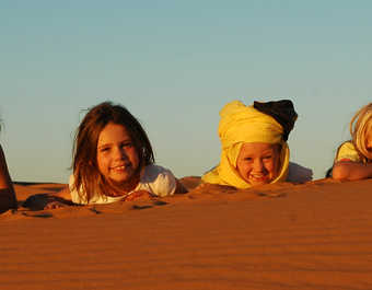 Enfants coucher de soleil dans les dunes, Maroc