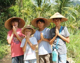 Enfants faisant un salut traditionnel en Indonésie