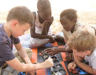 Enfants jouant à l'awalé au Sénégal