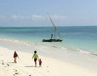 Enfants se baladant sur une plage à Zanzibar