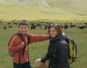 Famille souriant et posant devant les paysages de Kirghizie