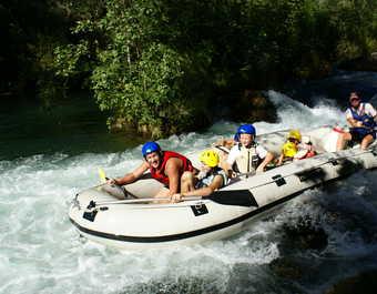 Familles en rafting sur une rivière en Croatie