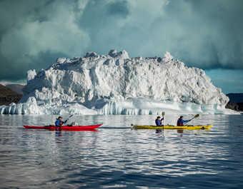 Kayak et icebergs au Groenland