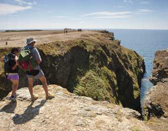 Marcheurs au dessus du trou de l'enfer sur l'île de Groix en Bretagne