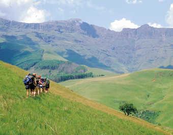 Marcheurs dans les montagnes du Drakensberg en Afrique du Sud
