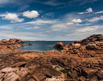 paysage typique de la côte de granit rose  parsemé de roches roses le long de la mer