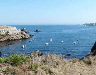 petite baie sur l'île de Ouessant où sont ancrés des petits bateaux