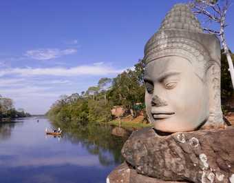 Statue de Bouddha au bord d'une rivière