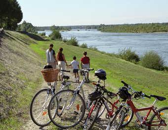 Une famille en vélo regardant la Loire