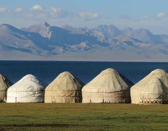 Yourtes aux abords du lac Song Kul