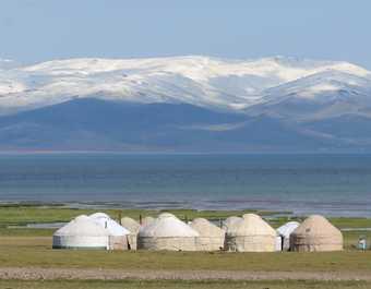 Yourtes devant le lac Song Koul Kirghizie