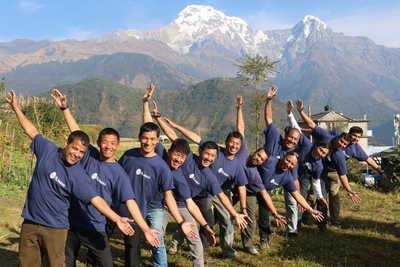 Notre équipe locale au Népal devant les montagnes