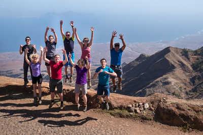 Voyageurs heureux en trek à Santo Antao