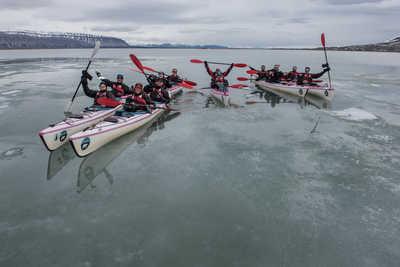 Groupe en kayak au Spitzberg l'été