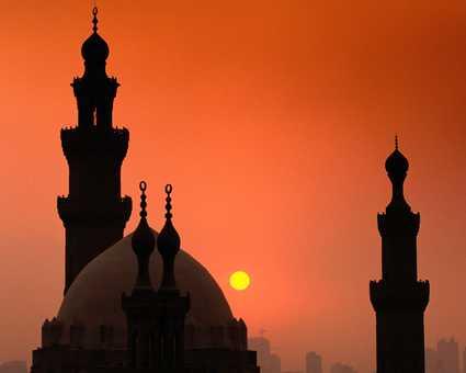 Coucher de soleil sur une mosquée du Caire en Egypte