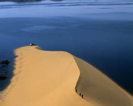 Dune tombant dans le Lac Nasser en Egypte