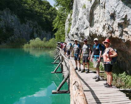 Randonneurs sur les ponts de bois dans le Parc de Plitvice